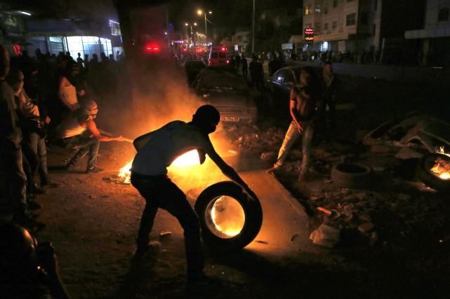 En soirée, des centaines de Palestiniens ont convergé... (PHOTO AFP)