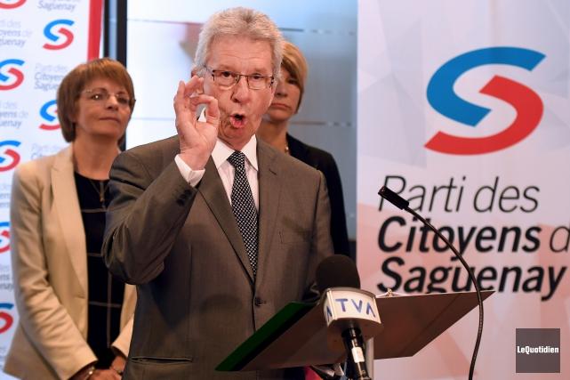 Le candidat à la mairie Jean-Pierre Blackburn fait... (Le Quotidien, Rocket Lavoie)