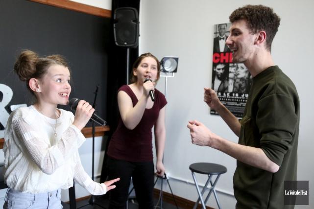 Olivier Chagnon en répétition avec deux de ses... (Julie Catudal, La Voix de l'Est)