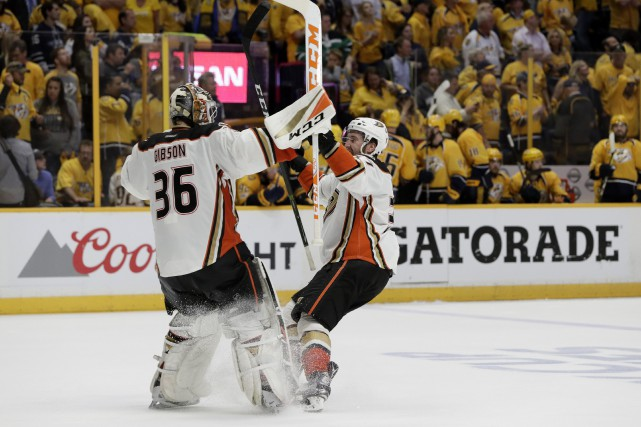 Nate Thompson a touché la cible après 10:25 de jeu en prolongation et les Ducks... (PHOTO AP)