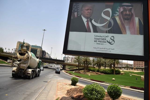 Un immense panneau annonce la visite de Donald... (PHOTO GIUSEPPE CACACE, AGENCE FRANCE-PRESSE)