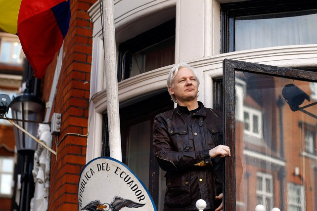 Julian Assange est allé saluer ses supporteurs réunis... (Photo Frank Augstein, Associated Press)