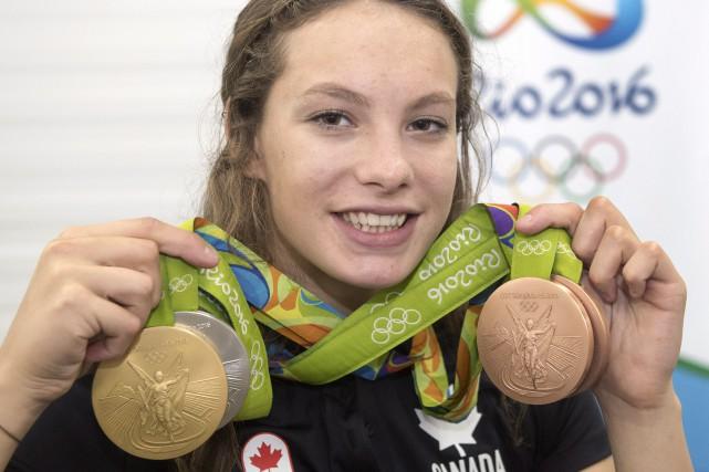 La nageuse canadienne Penny Oleksiak tenant les médailles... (Photo Ryan Remiorz, Archives La Presse Canadienne)
