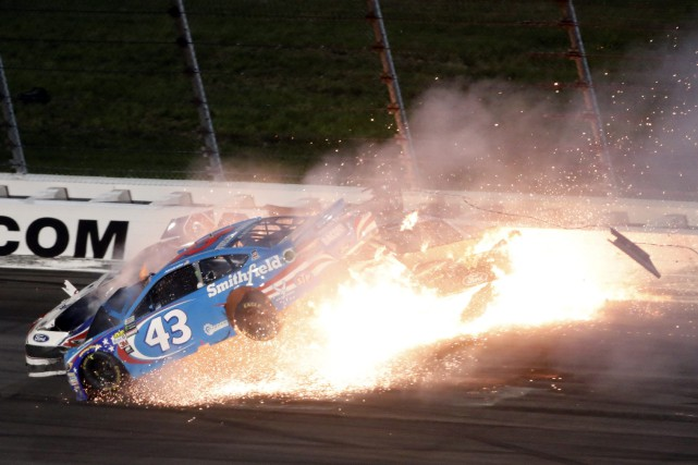Aric Almirola (voiture no 43) a subi une... (Photo Colin E. Braley, Associated Press)