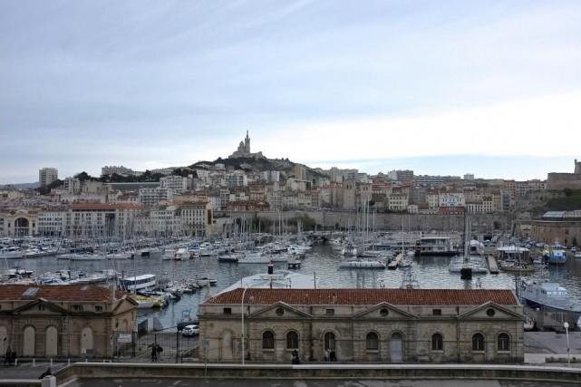 Vue du Vieux-Port de Marseille dominé par la... (Photo Jean-Christophe Laurence, La Presse)