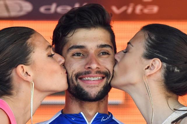 Fernando Gaviria reçoit les baisers traditionnels sur le... (PHOTO AP)
