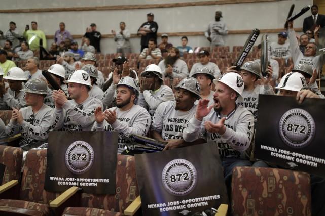 Le public - et les partisans des Raiders... (Photo John Locher, AP)