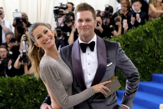 Gisele Bündchenet Tom Brady lors de leur passage... (Photo Charles Sykes, AP)