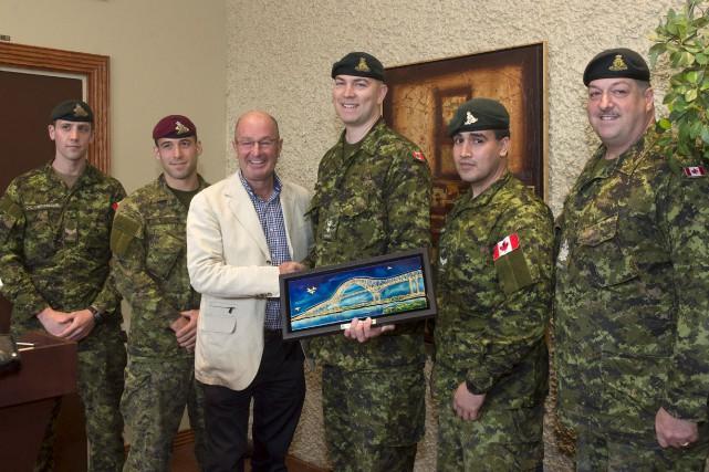 Le maire a remis au lieutenant-colonel Francis Poitras... (Stéphane Lessard)
