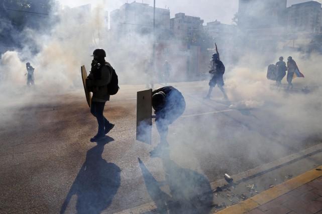 Les manifestations dégénèrent la plupart du temps en... (PHOTO Ariana Cubillos, AP)