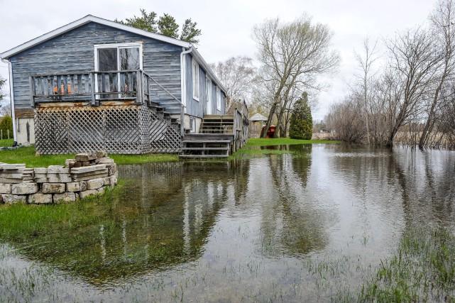 L'eau du lac Saint-Jean atteint maintenant des résidences.... (Le Quotidien, Gimmy Desbiens)