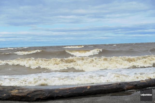 De puissantes vagues de trois à quatre pieds... (Archives Le Quotidien, Gimmy Desbiens)