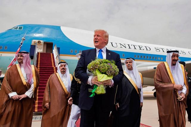 Donald Trump a été accueilli par le roi... (Photo AFP/Fournie par le Palais royal saoudien)