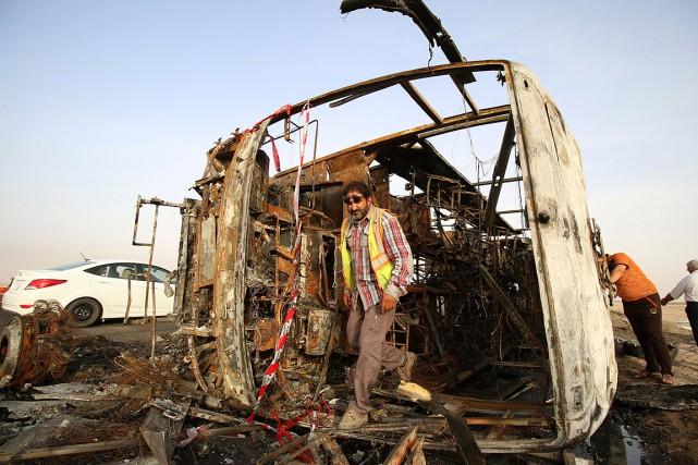 Un homme inspecte le site d'un attentat à... (Photo Essam Al-Sudani, REUTERS)