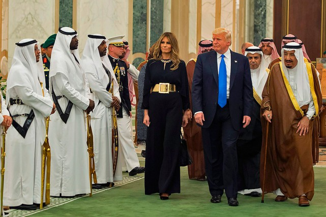 Melania Trump était habillée sobrement d'un pantalon ample à... (PHOTO AFP/FOURNIE PAR LE PALAIS ROYAL SAOUDIEN)