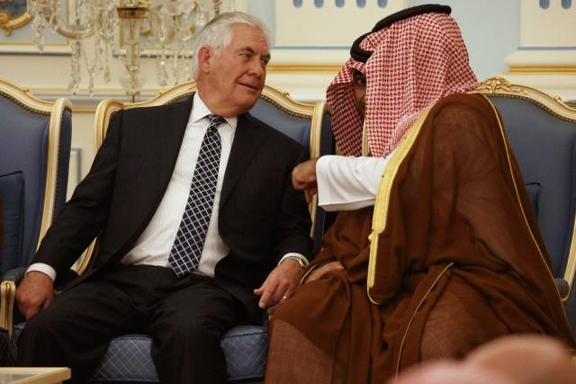 Le secrétaire d'État Rex Tillersondiscute avec levice-prince héritier... (Photo Evan Vucci, AP)