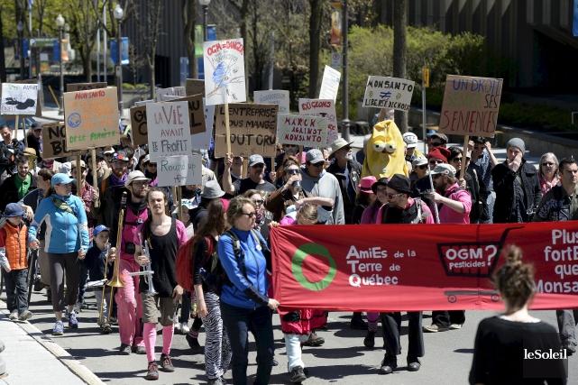 Un peu plus d'une centaine de personnes marchaient... (Le Soleil, Yan Doublet)