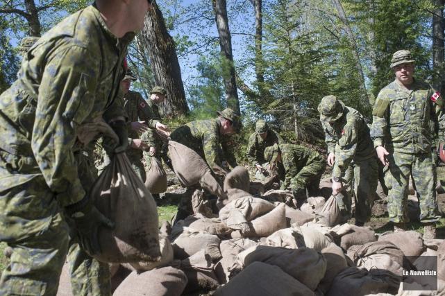 Une soixantaine de militaires ont participé à la... (Stéphane Lessard, Le Nouvelliste)