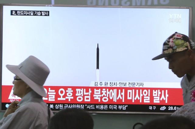 Une chaîne de télévision sud-coréenne montre le lancement... (Photo Ahn Young-joon, Associated Press)
