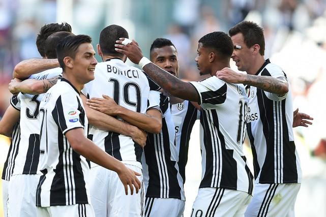 Les joueurs de la Juventus ontréussi un troisième... (PHOTO Filippo MONTEFORTE, AGENCE FRANCE-PRESSE)