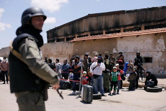L'évacuation du quartier de Waer avait commencé il... (Photo Omar Sanadiki, REUTERS)