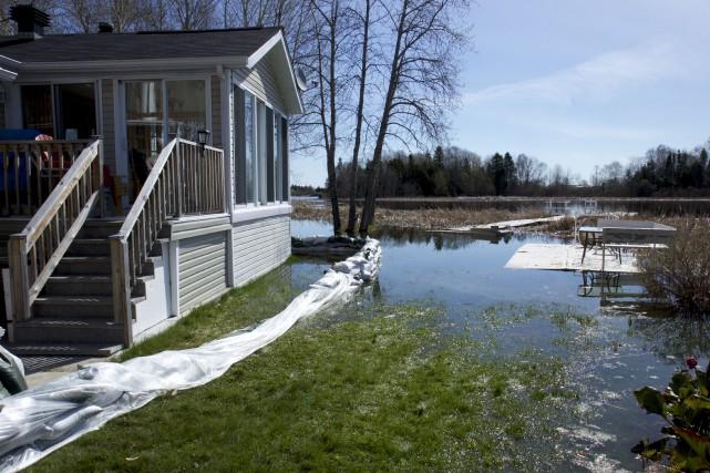L'eau est encore bien présente sur plusieurs terrains... (Photo Le Quotidien, René Bouchard)