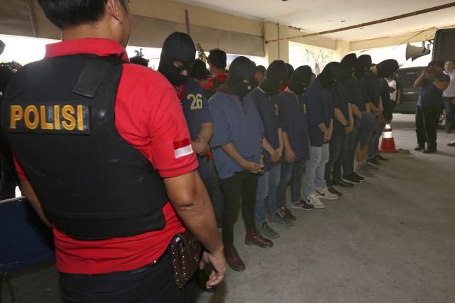 Une partie des hommes arrêtés lors de l'opération... (Photo Tatan Syuflana, Associated Press)