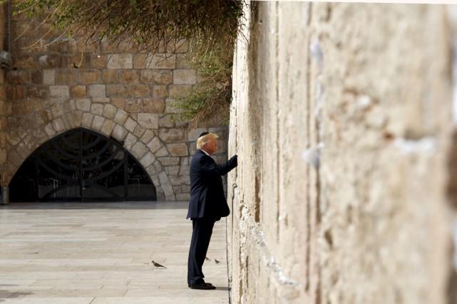Donald Trump s'est recueilli lundi au mur des... (AP, Evan Vucci)