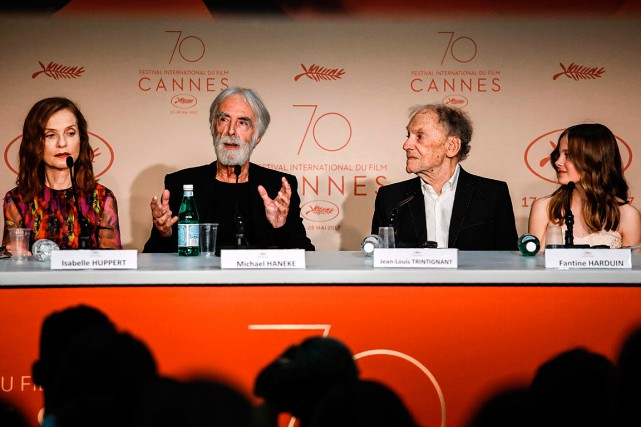 Le réalisateur Michael Haneke était entouré des acteurs... (PHOTO Laurent EMMANUEL, AGENCE FRANCE-PRESSE)
