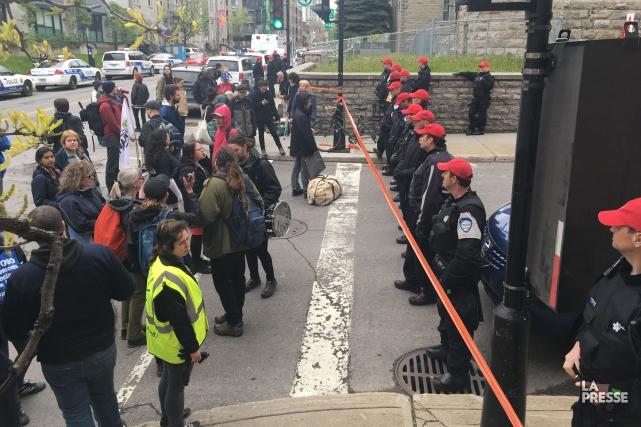 Les policiers bloquent le passage aux manifestants.... (Photo alain roberge, la presse)