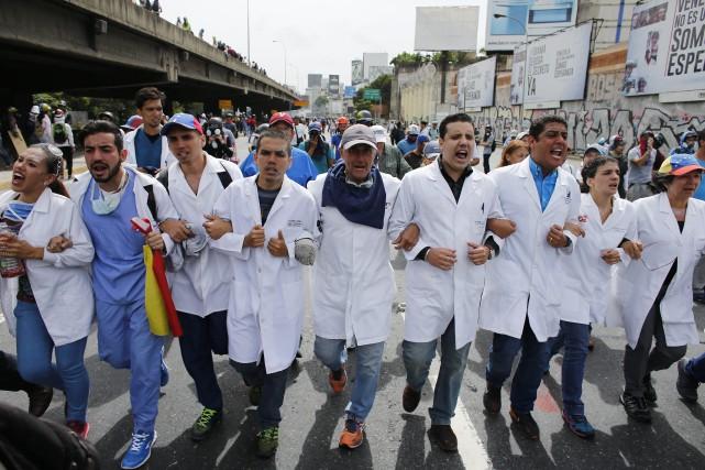 Des groupes de médecins ont manifesté lundi à... (PHOTO AP)