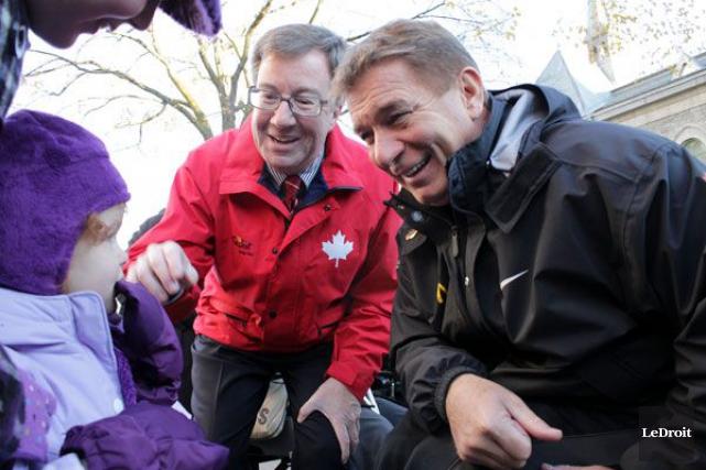 L'athlète Rick Hansen (droite), aux côtés du maire... (Etienne Ranger, archives Le Droit)