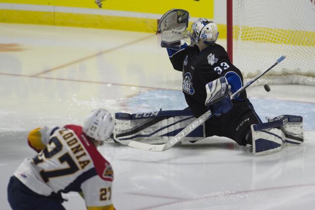 Ivan Lodnia marque contre le gardien des Sea... (Adrian Wyld, La Presse canadienne)