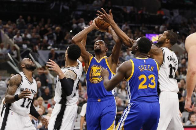 Stephen Curry a inscrit 36 points et les Warriors de Golden State ont complété... (PHOTO REUTERS)