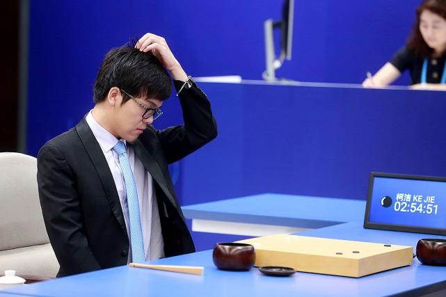 Ke Jie réagit durant sa partie contre le... (AFP)