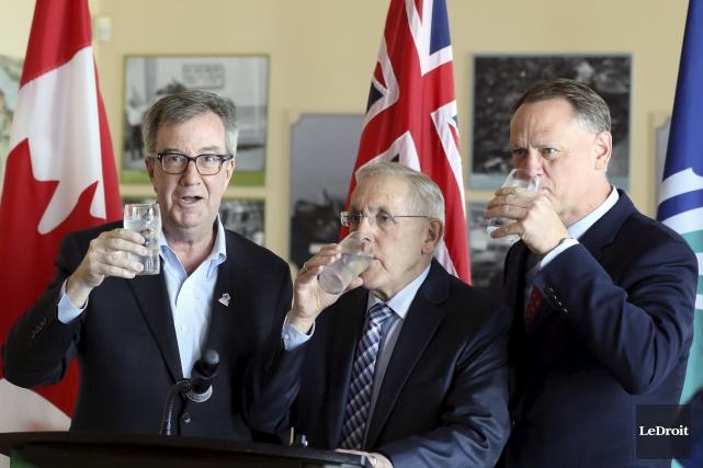 Le maire d'Ottawa, Jim Watson, prend un verre... (Patrick Woodbury, Le Droit)