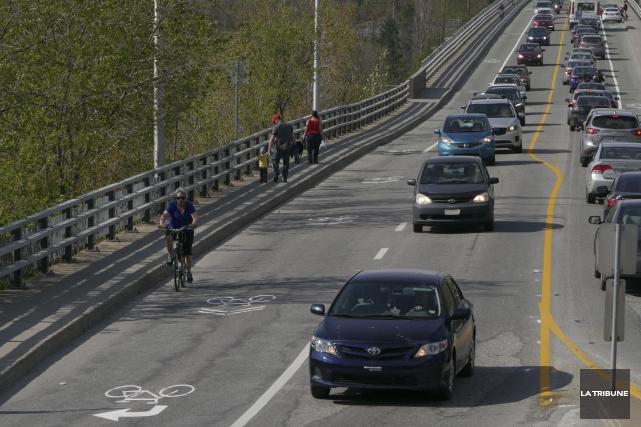 Les bandes cyclables sur le pont Jacques-Cartier font... (Archives, La Tribune)