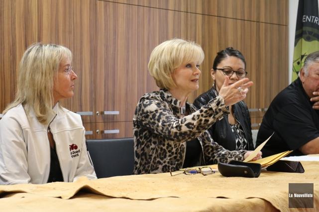La députée de Laviolette, Julie Boulet (au centre),... (Audrey Tremblay, Le Nouvelliste)
