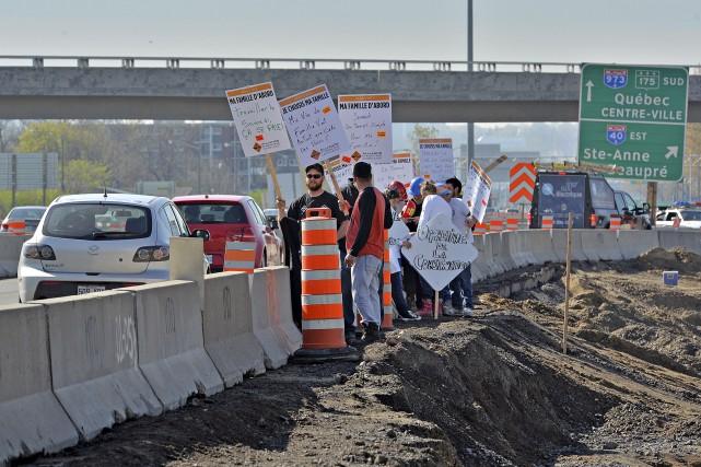 Des travailleurs en grève manifestent sur un chantier... (Le Soleil, Patrice Laroche)