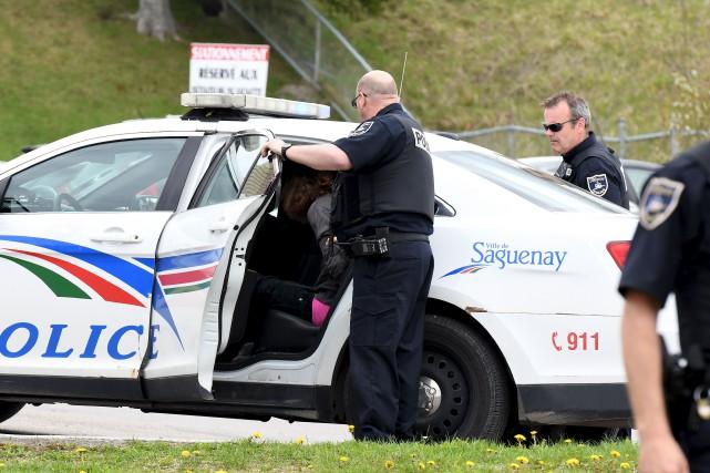 Les policiers ont procédé à des arrestations à... (Photo Le Quotidien, Rocket Lavoie)