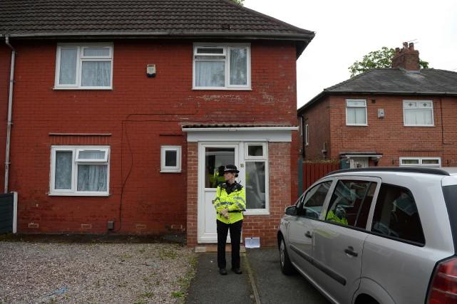 Une policière est postée devant la demeure familiale... (PHOTO AFP)