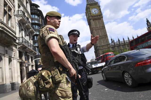 Un millier de soldats ont été déployés à... (AFP, Justin Tallis)