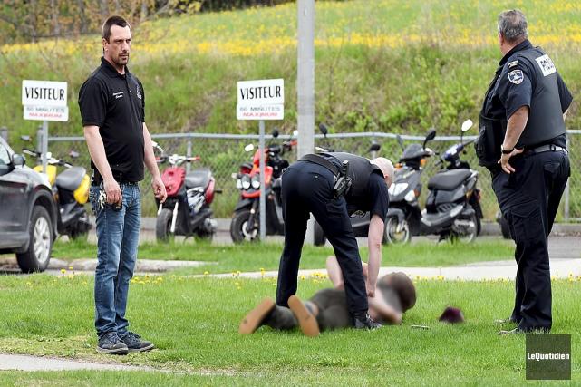 Le suspect a été plaqué au sol par... (Le Quotidien, Rocket Lavoie)