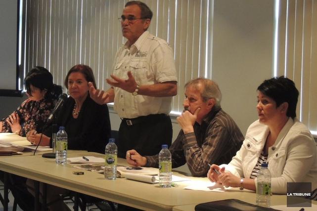 Le maire Jean-Denis Cloutier explique le tracé passant... (La Tribune, Ronald Martel)