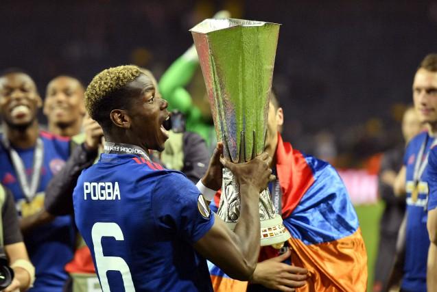 Paul Pogba soulève la coupe après la victoire... (AP, Martin Meissner)
