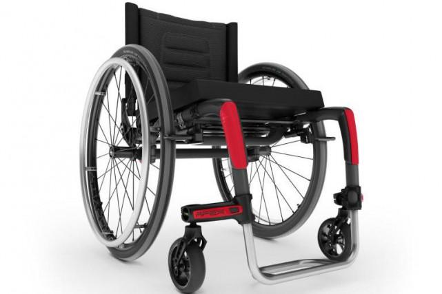 Avec le fauteuil roulant en fibres de carbone... (photo fournie par Motion Composites)