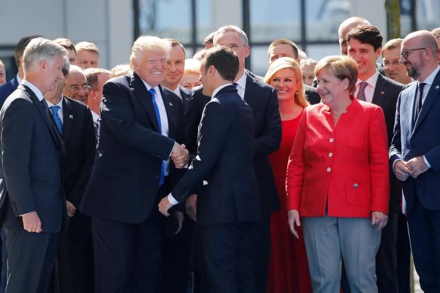 Le président américain a semblé tester son jeune... (PHOTO REUTERS)