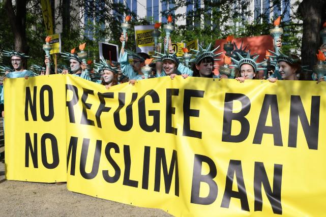 Des opposants au décret anti-immigration déguisés en statue... (PHOTO AFP)