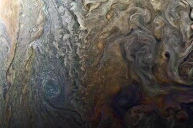 Juno a capté des images d'ouragans géants sur... (PHOTO REUTERS)