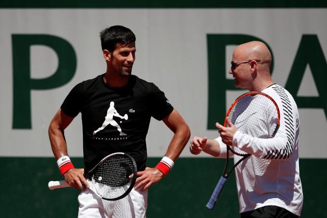 Novak Djokovic avec son nouvel entraîneur Andre Agassi... (Photo Benoit Tessier)